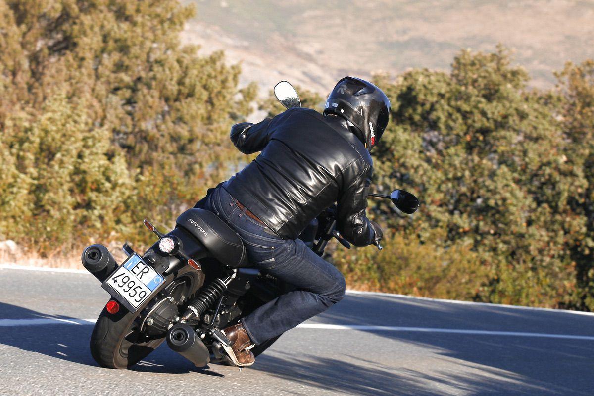 Moto Guzzi V7 Stone III Night Pack: El sentido de la vida