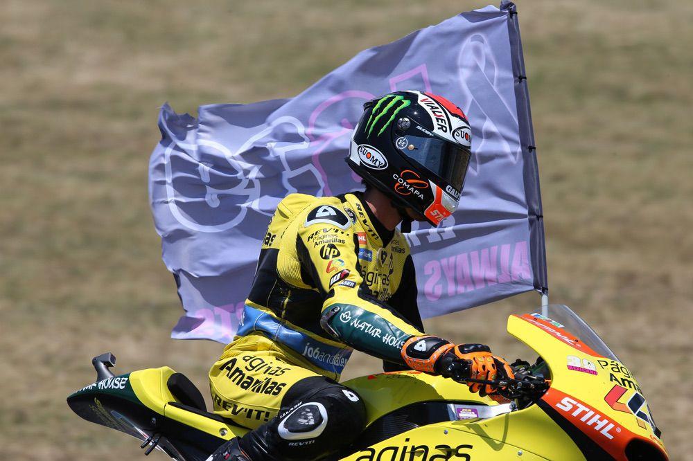 Alex Rins rinde homenaje a Luis Salom en la vuelta de honor del Gran Premio de Cataluña