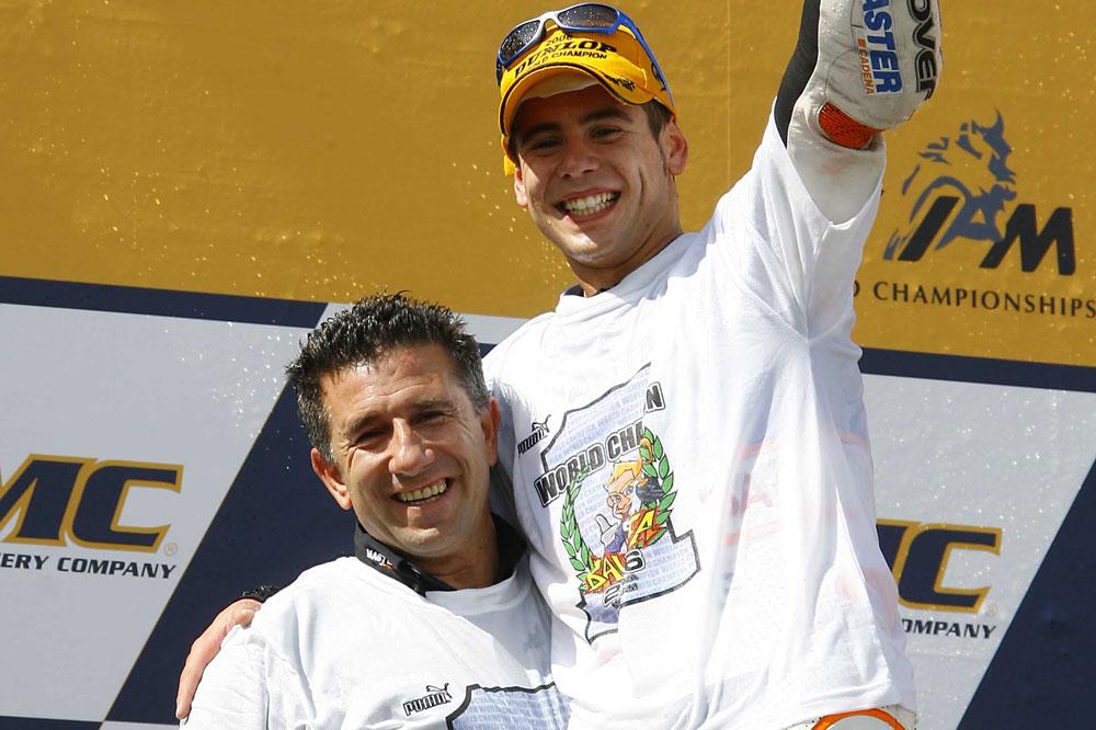Alvaro Bautista y Aspar celebran el titulo de campeones del mundo 2006