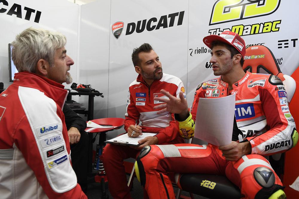 Andrea Iannone dentro del box de Ducati con Gigi Dall Igna