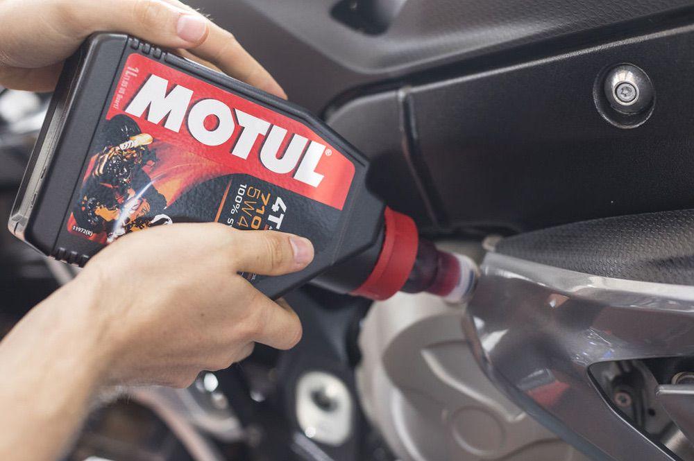 Errores que podemos cometer al cambiar el aceite a la moto