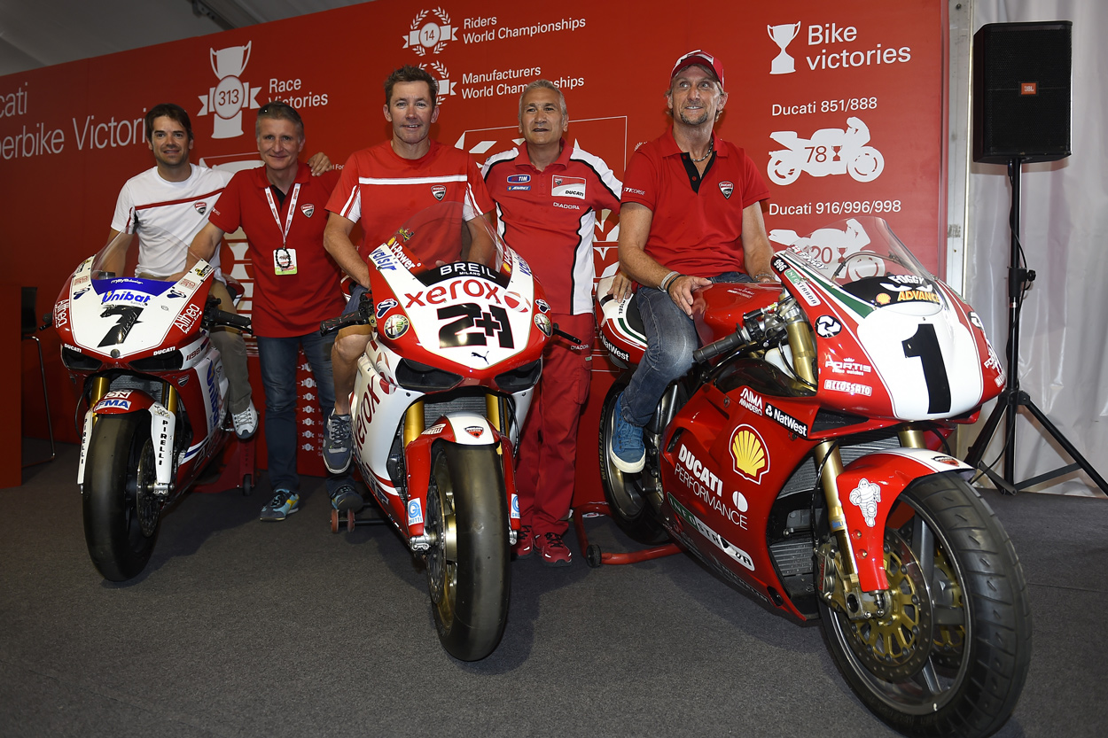 Carlos Checa, Paolo Ciabatti, Troy Bayliss, Davide Tardozzi y Carl Fogarty