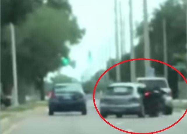 coche golpea moto video accidente