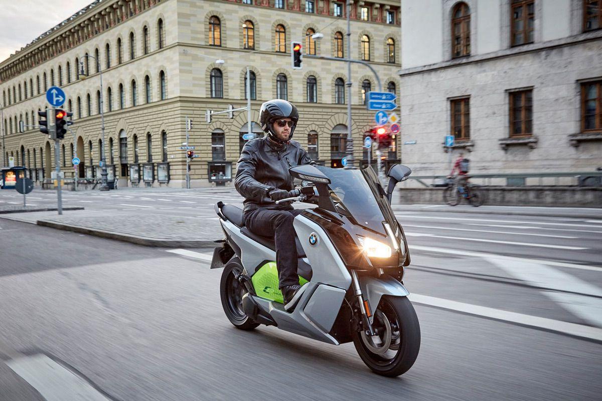 Es obligatorio llevar un distintivo ambiental en mi moto