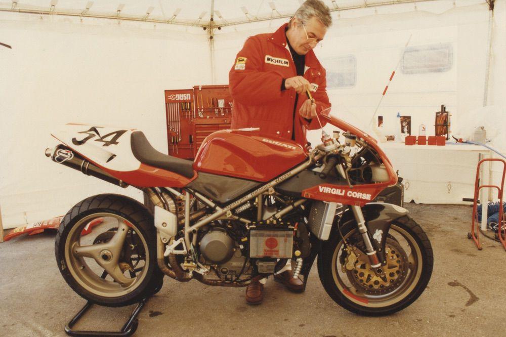 Massimo Tamburini, trabajando en su Ducati 916