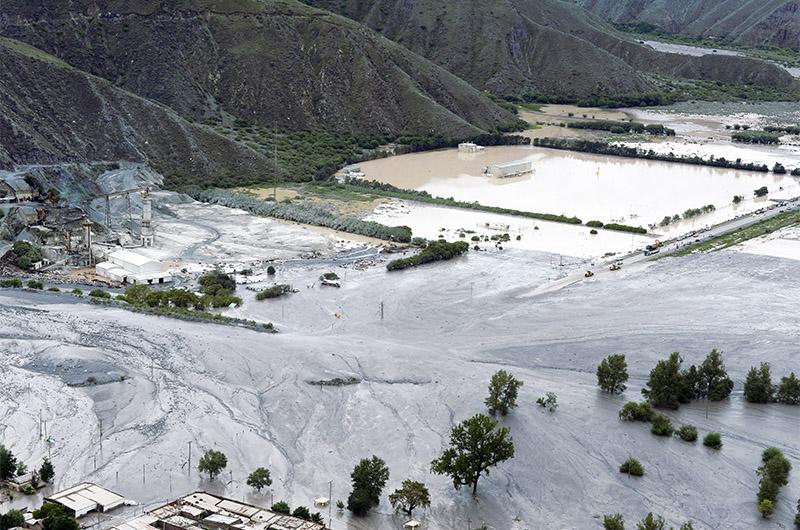 Grandes desprendimientos por lluvia bloquean el enlace de la etapa 8