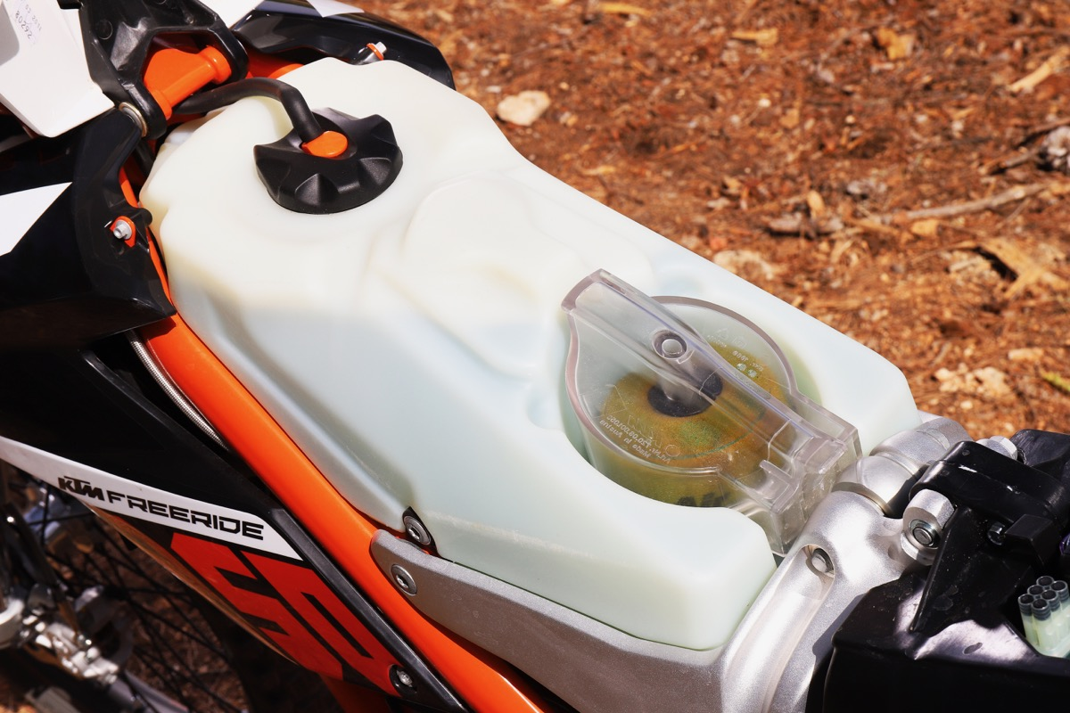 Prueba KTM Freeride detalle depósito y filtro de aire
