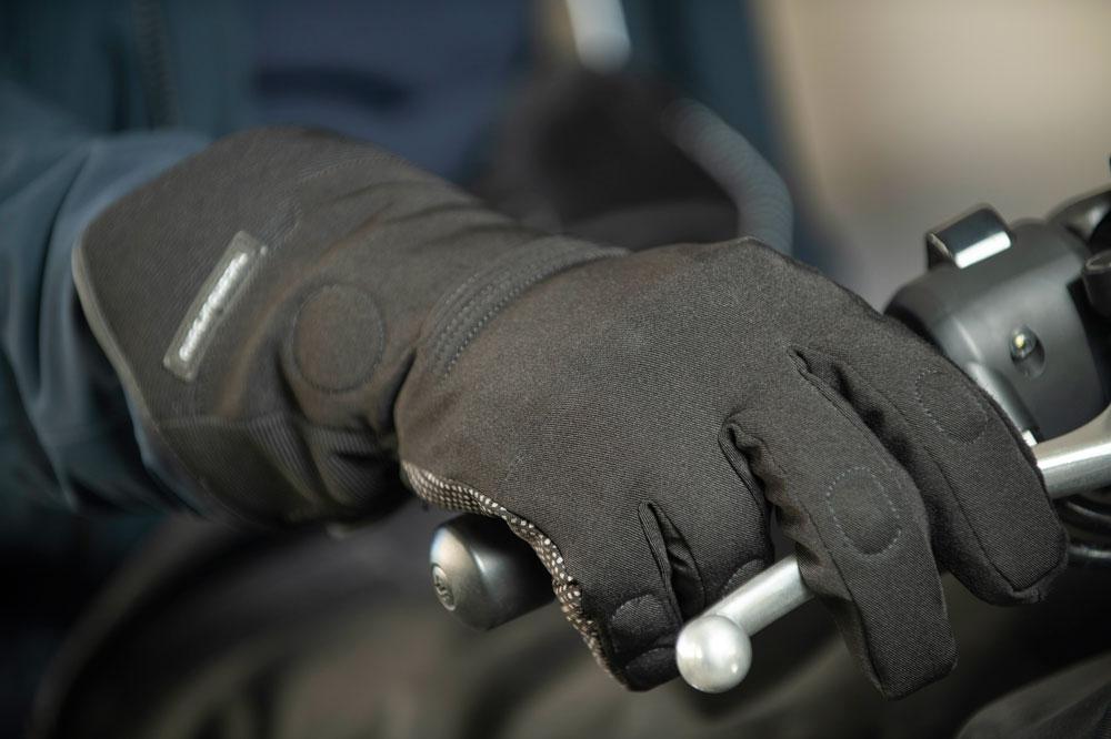 Los guantes podrían ser obligatorios para circular en moto