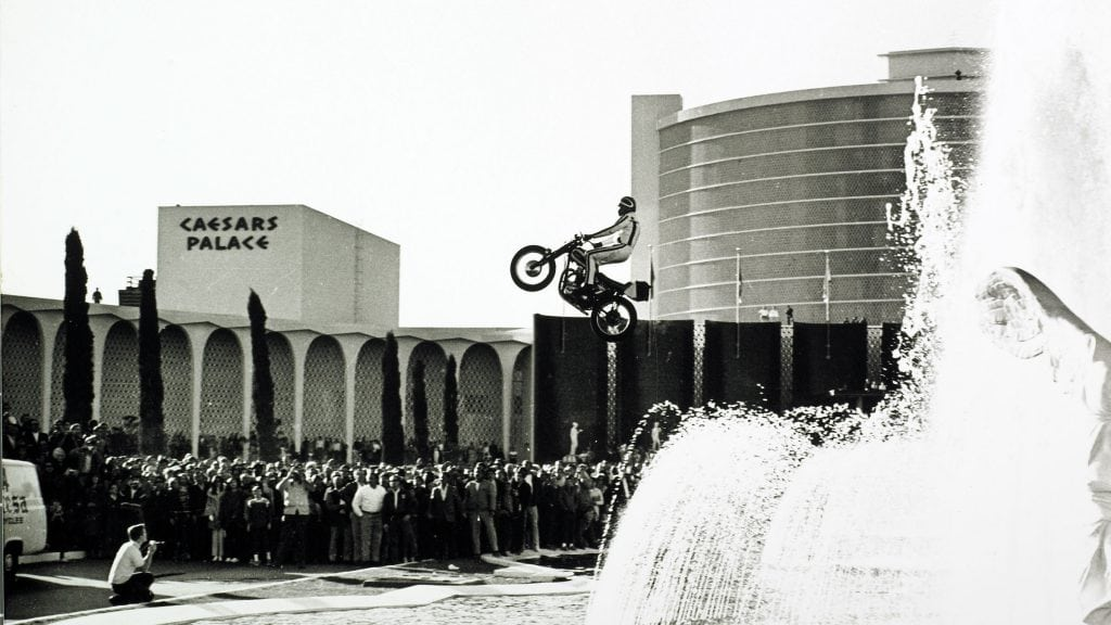 Travis Pastrana rememora al famoso saltador Evel Knievel saltando 58 metros