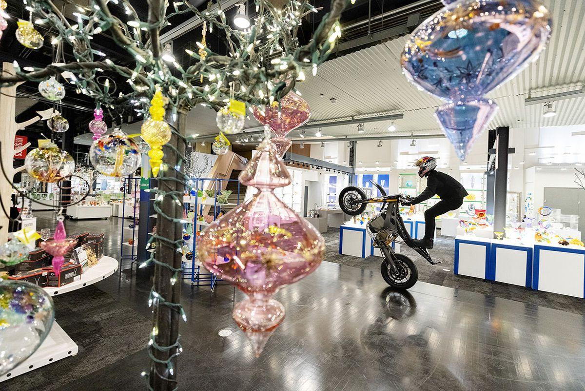 Aaron Colton recorre el Museo de Vidrio de Corning