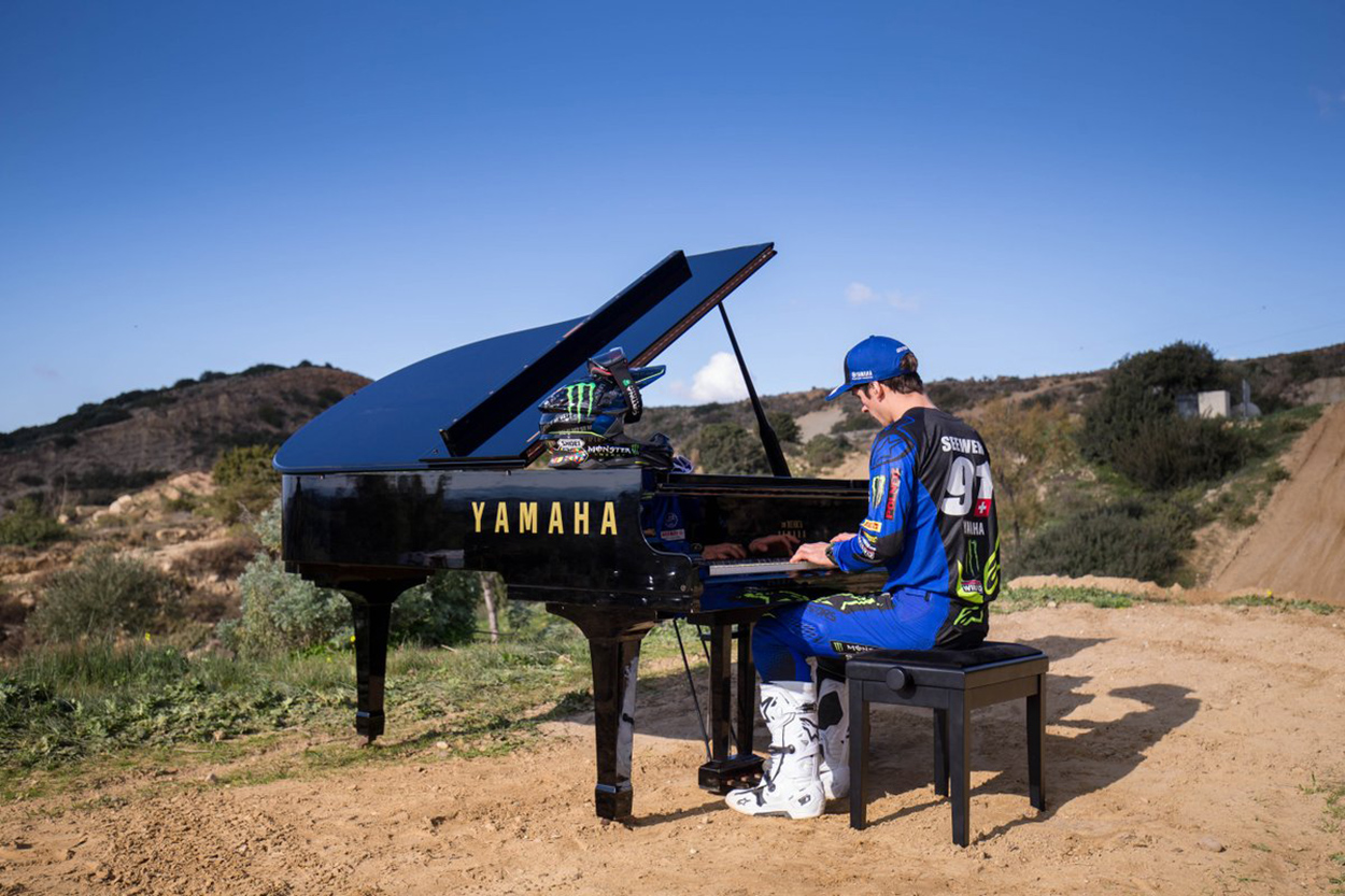 Jeremy Seewer tocando el piano en Cireddu Valley Motocross Park