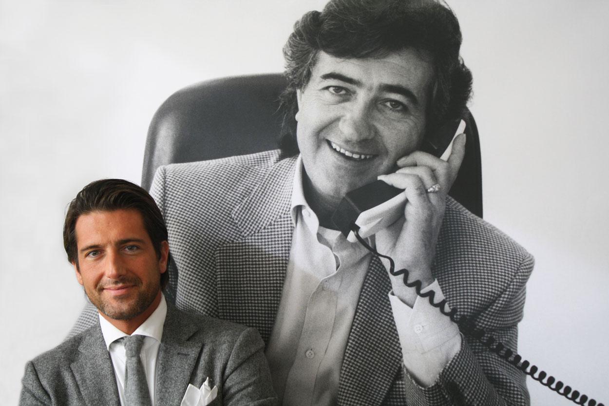 Giovanni Castiglioni frente a una fotografía de su padre Claudio Castiglioni