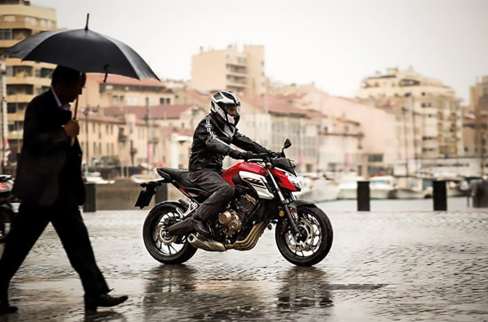 Moto y lluvia
