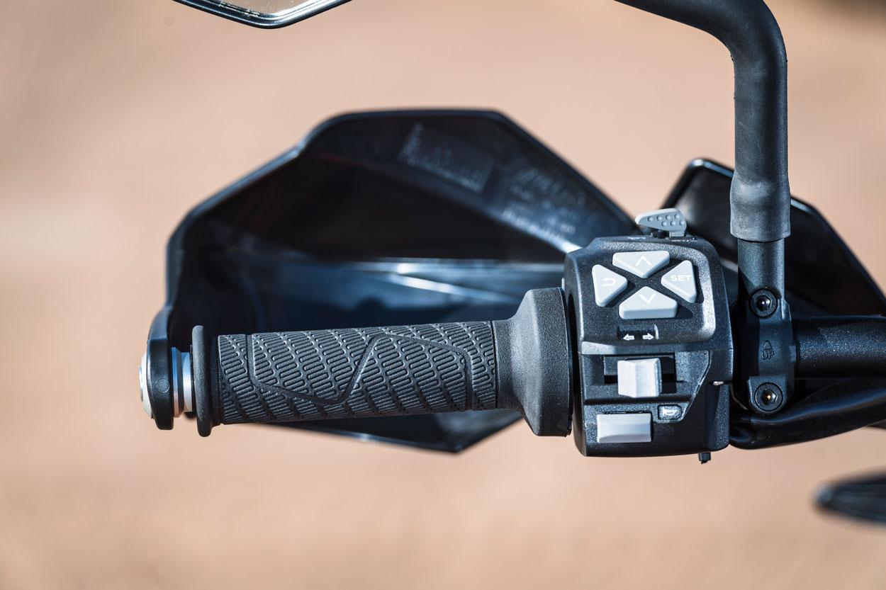 Piñas y controles de la KTM 790 adventure R