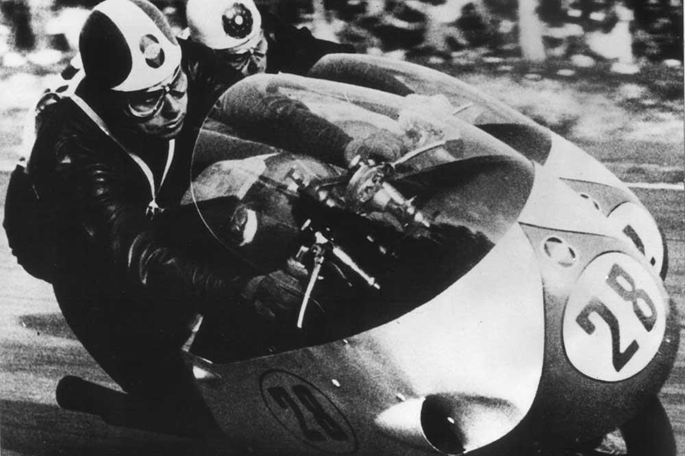 Liberati (28) y Duke, con las Gilera 500, en el Gran Premio de las Naciones de 1956.