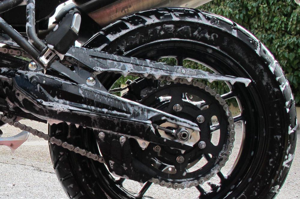Limpieza de la cadena de la moto