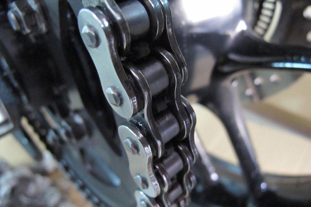Engrase de la cadena de la moto