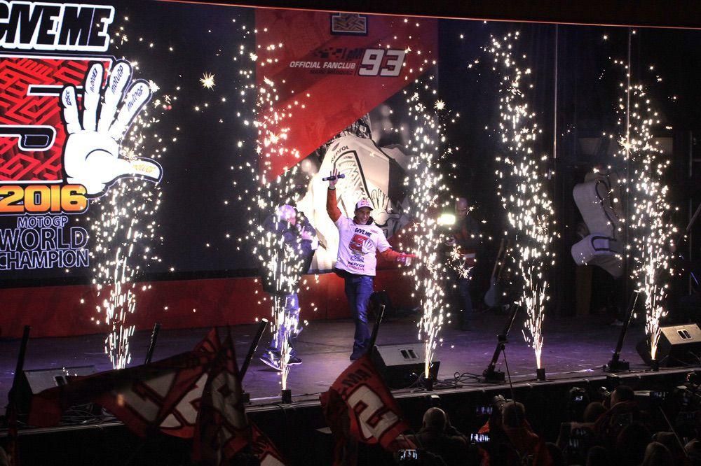 Marc Márquez celebra el titulo de MotoGP en Cervera