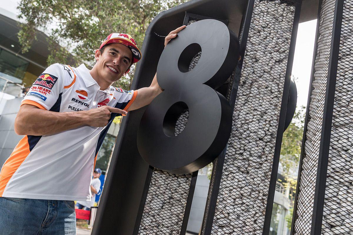 Marc Márquez muestra el número 8, sus títulos, antes del Gran Premio de Malasia
