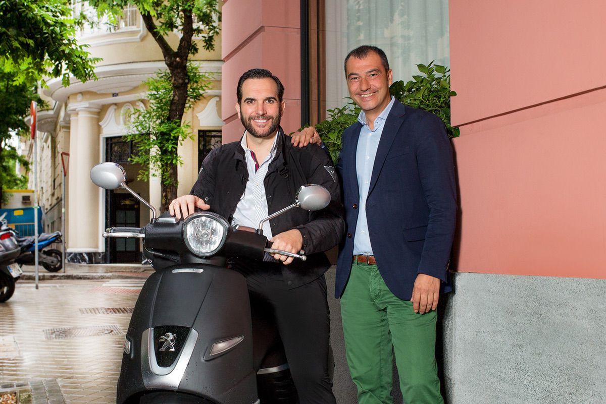 El cocinero Mario Sandoval, por la movilidad de la moto