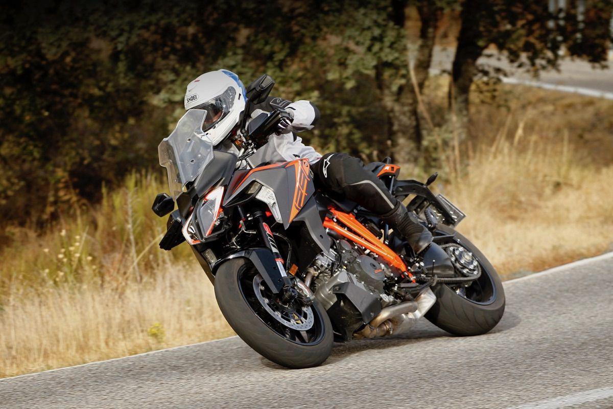 moto ktm 1290 Super Duke GT carretera