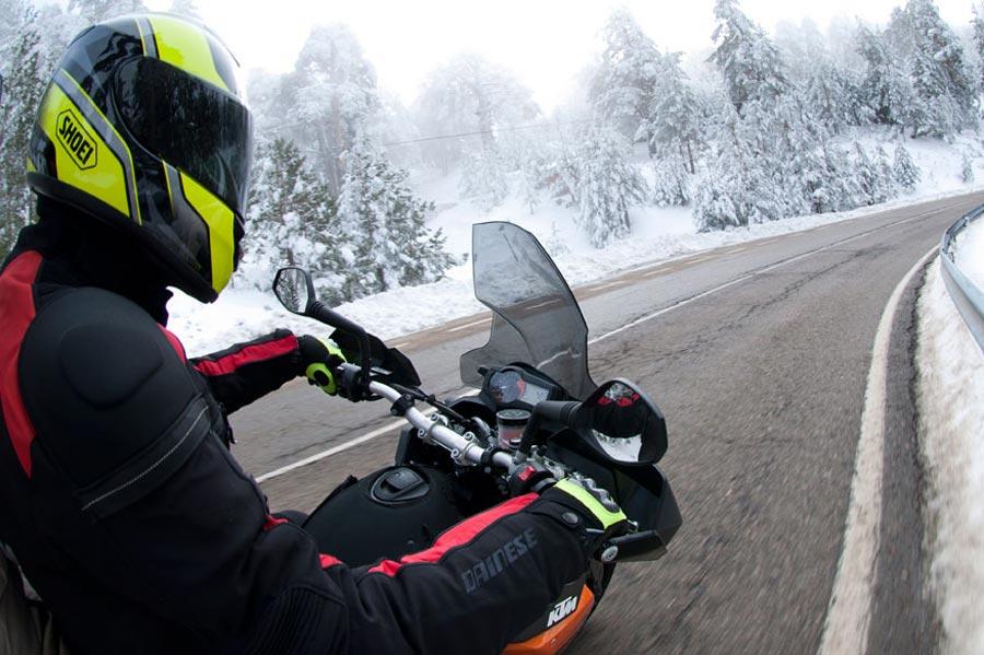 Conducir moto sobre hielo o nieve