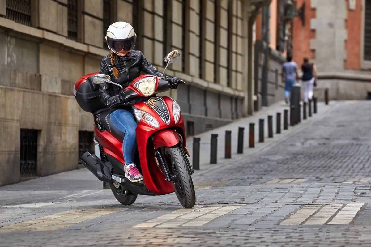 Madrid ha vuelto a regular el aparcamiento de las motos en las aceras