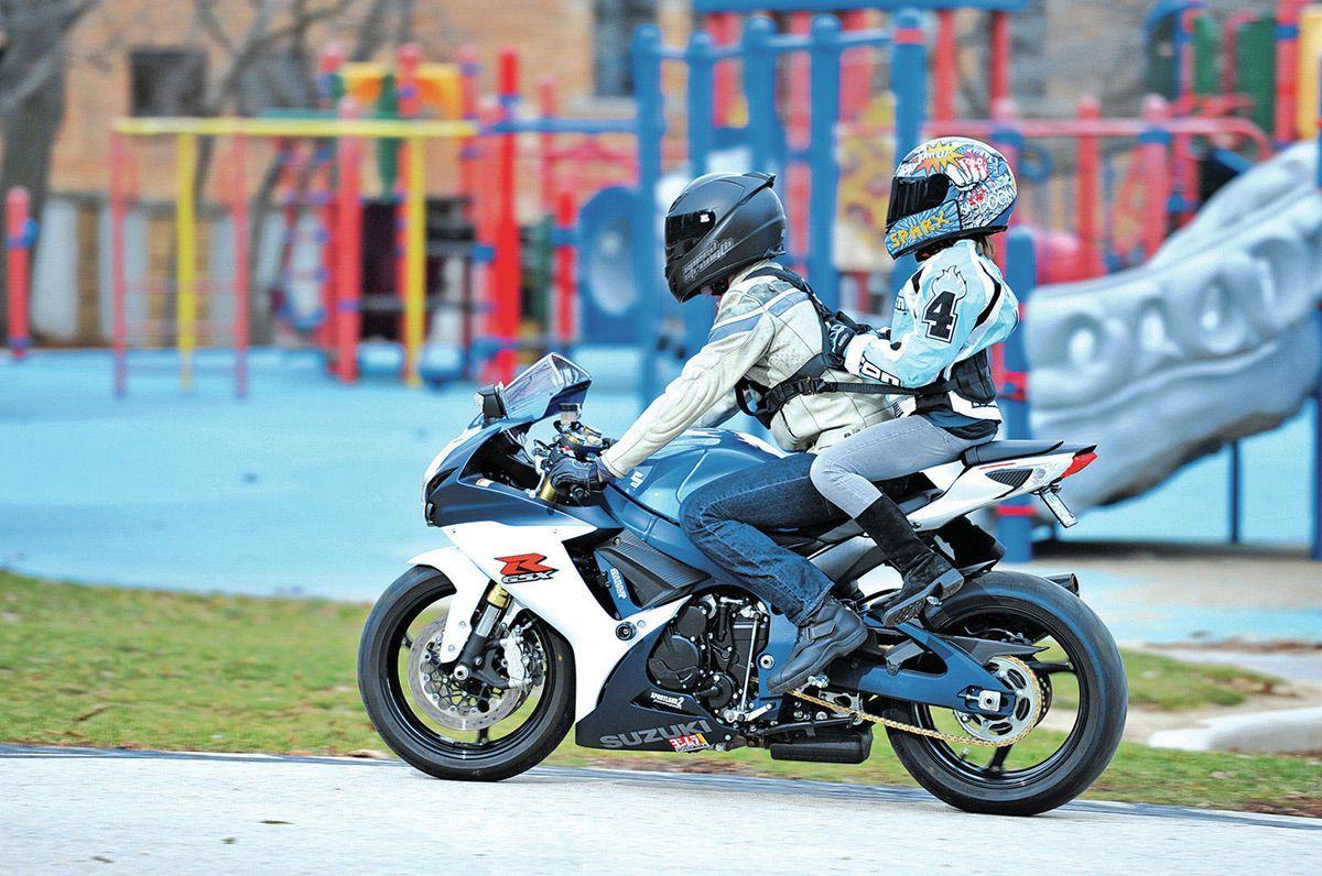 Los niños: ¿Pasajeros en moto?