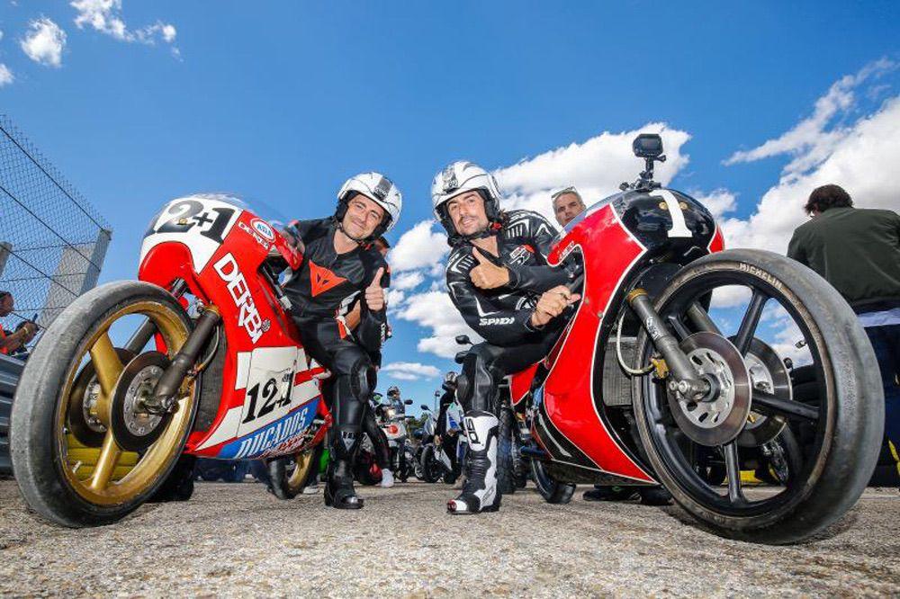 Pablo y Gelete Nieto con algunas de las motos que pilotó Angel Nieto