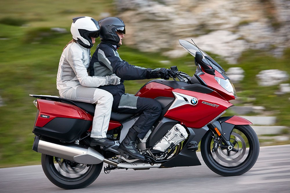El pasajero en moto