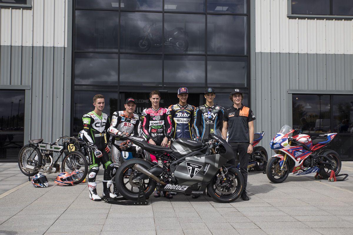 Algunos pilotos del Mundial visitaron la fábrica de Triumph en Hinckley