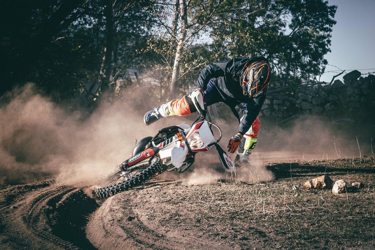3 Razones por las que te caes de la moto y cómo solucionarlo