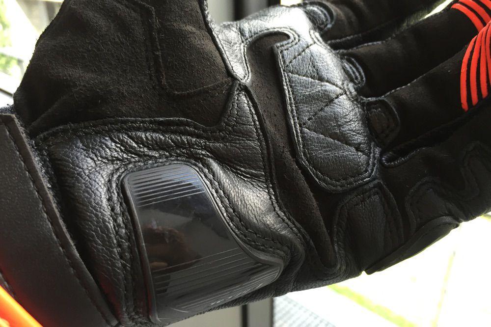 Protecciones de los guantes para moto