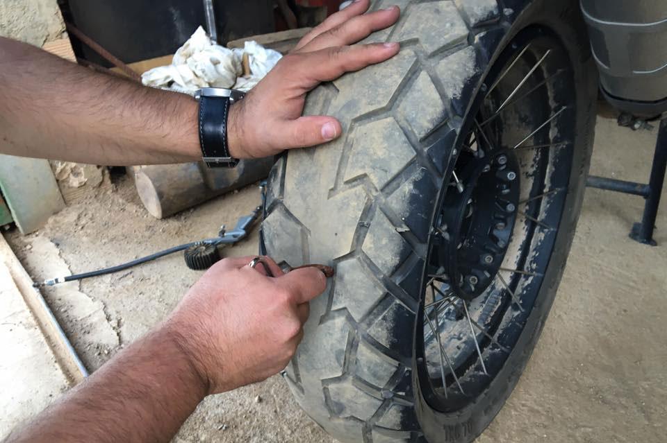 Reparacion pinchazo neumatico tubeless moto