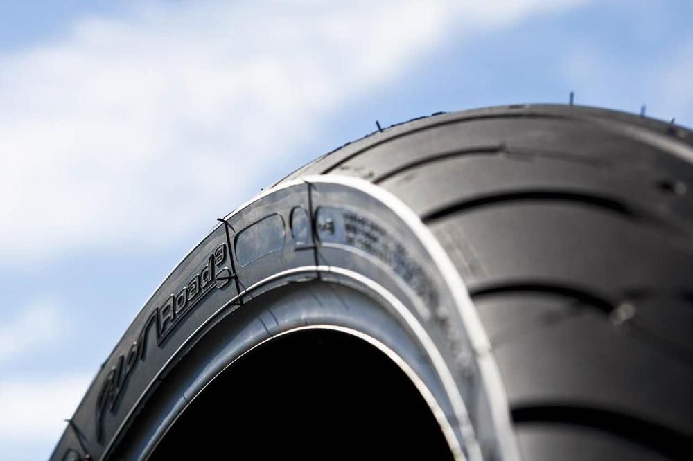 Las siglas en los neumáticos de tu moto