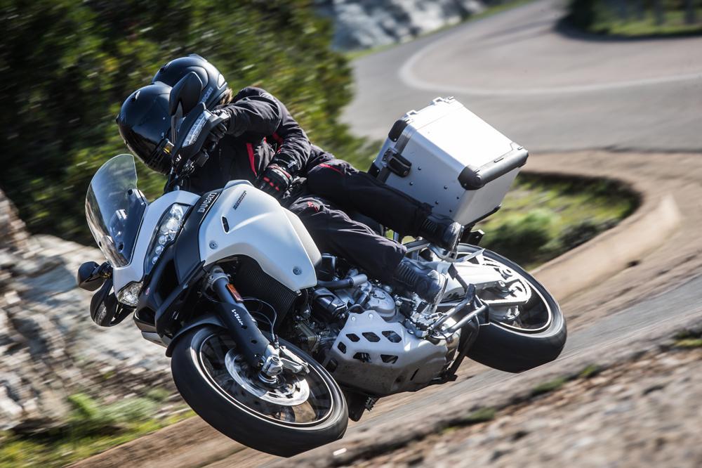 Trucos y consejos para viajar en moto en verano sin calor