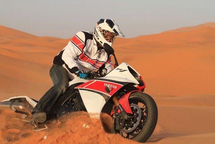 Stephane Peterhansel sobre una Yamaha R1 en el desierto
