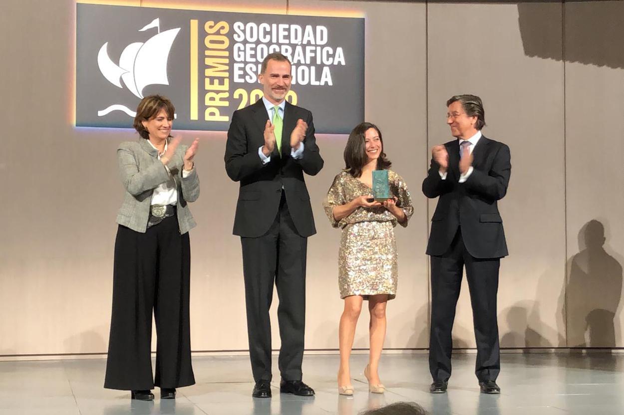 Alicia Sornosa recibe el premio de la Sociedad Geográfica Española de manos del Rey Felipe VI