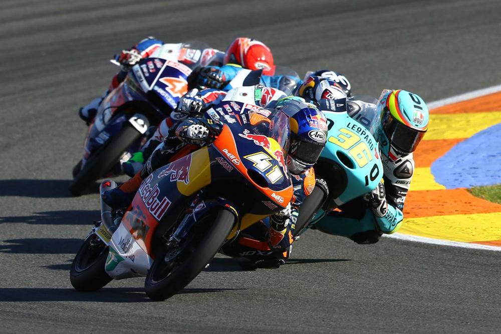 Brad Binder, Joan Mir y Andrea Migno durante el GP de Valencia Moto3