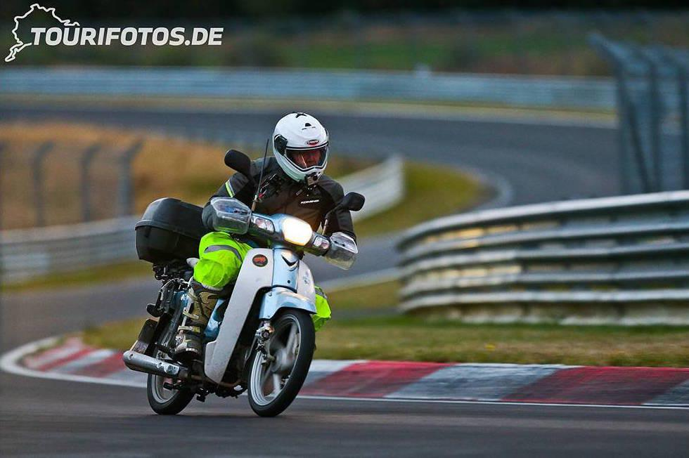 Recorre 18.000 kilómetros en scooter para rodar en Nürburgring