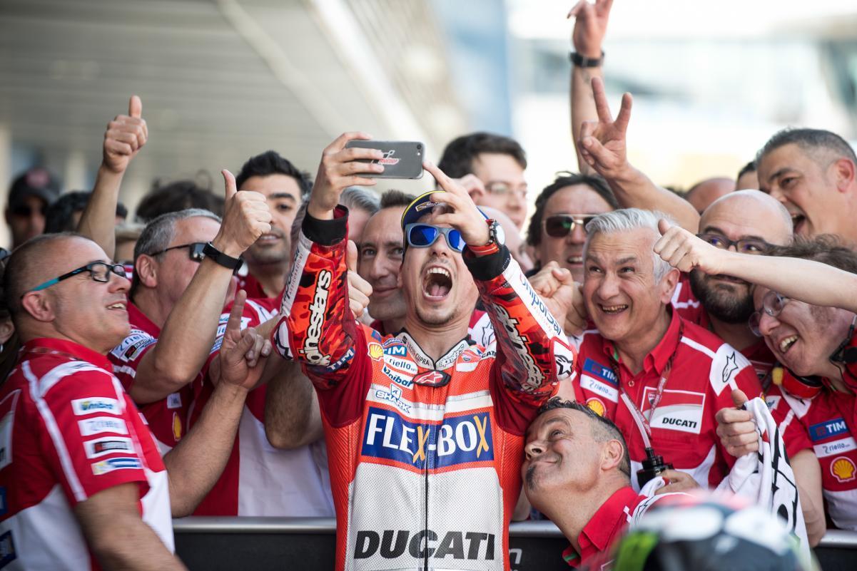 Lorenzo celebra su podio
