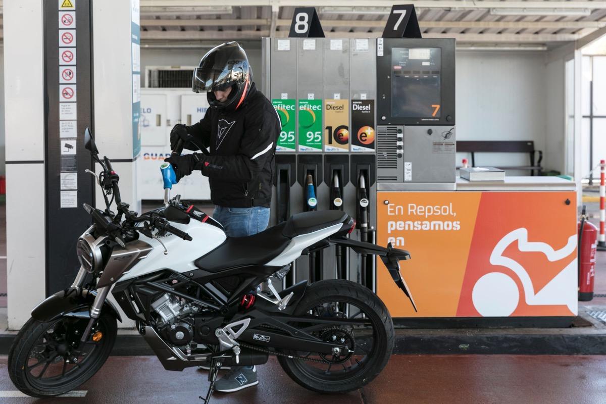 moto stop repsol gasolinera