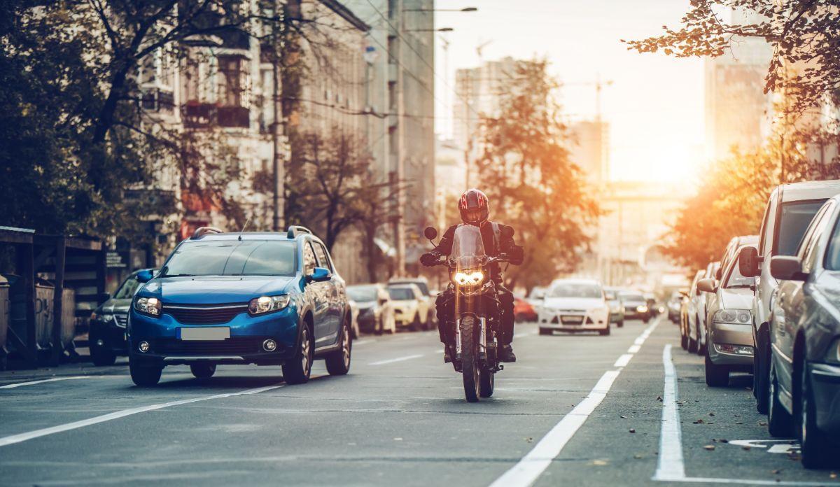 moto entre coches