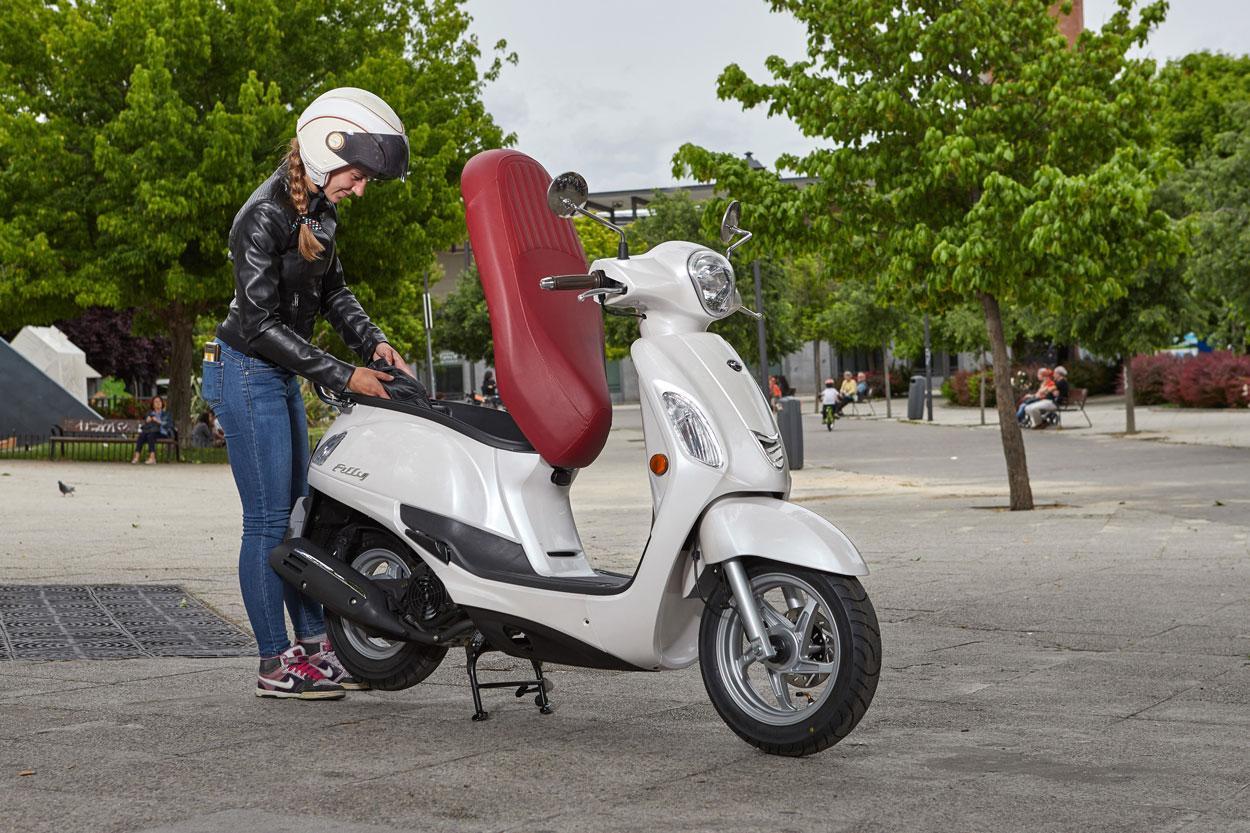 Las motos sí podrán aparcar en las aceras de Madrid