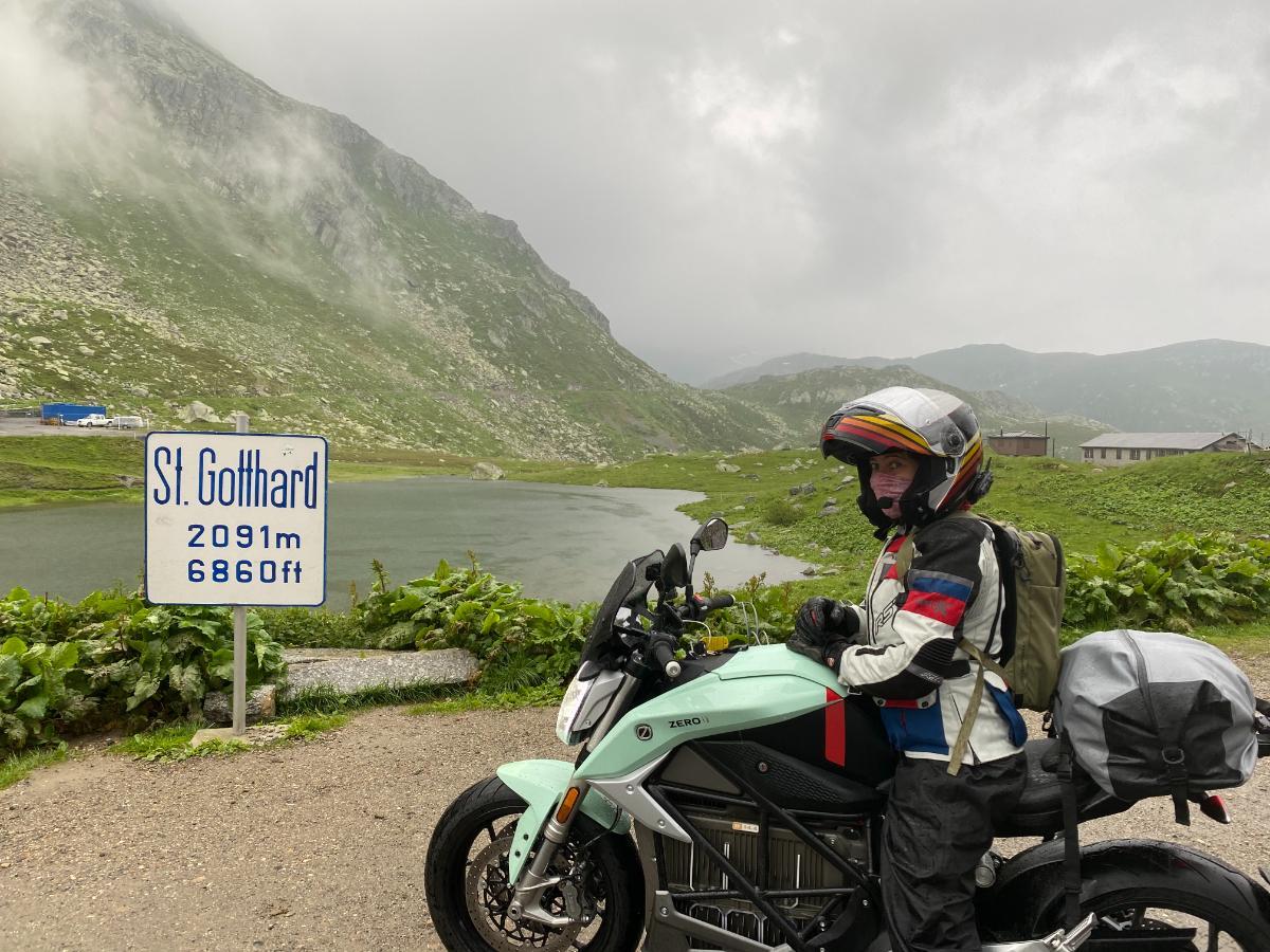 Suiza en moto eléctrica: Alicia Sornosa con una Zero SR/F