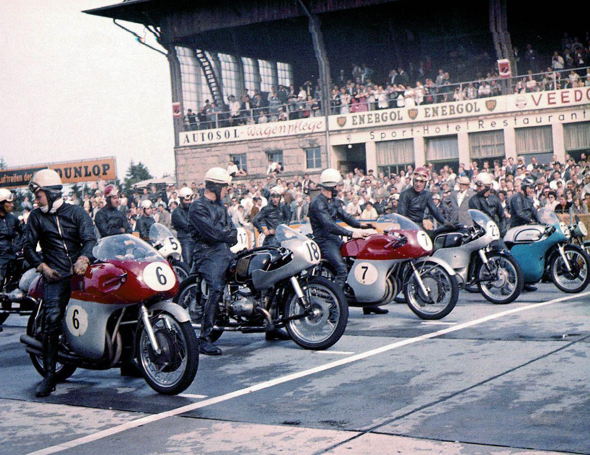 Primera línea en Spa 1956: junto a las MV Agusta, Gilera y BMW, también hay una Norton.