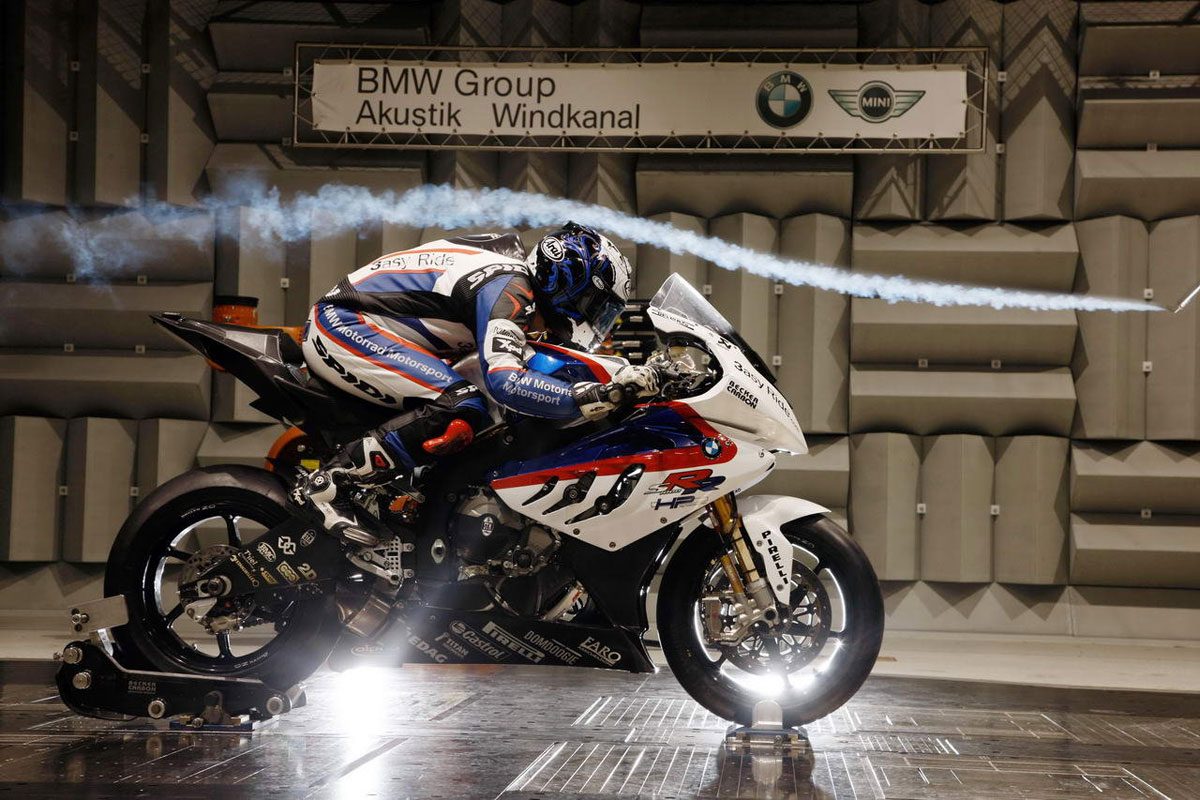 La mala aerodinámica de las motos.