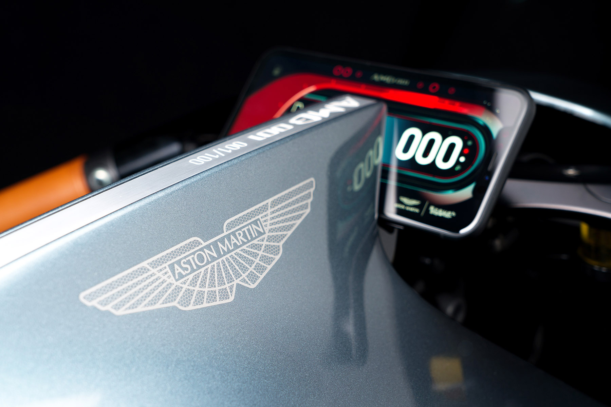 moto Aston Martin