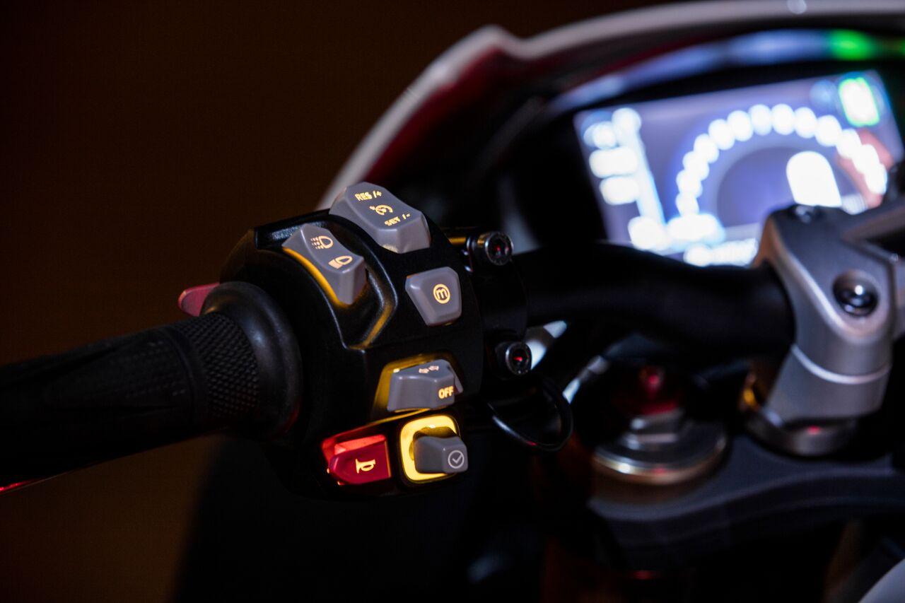 Triumph Speed Triple 1050 2018 piñas controles retroiluminados