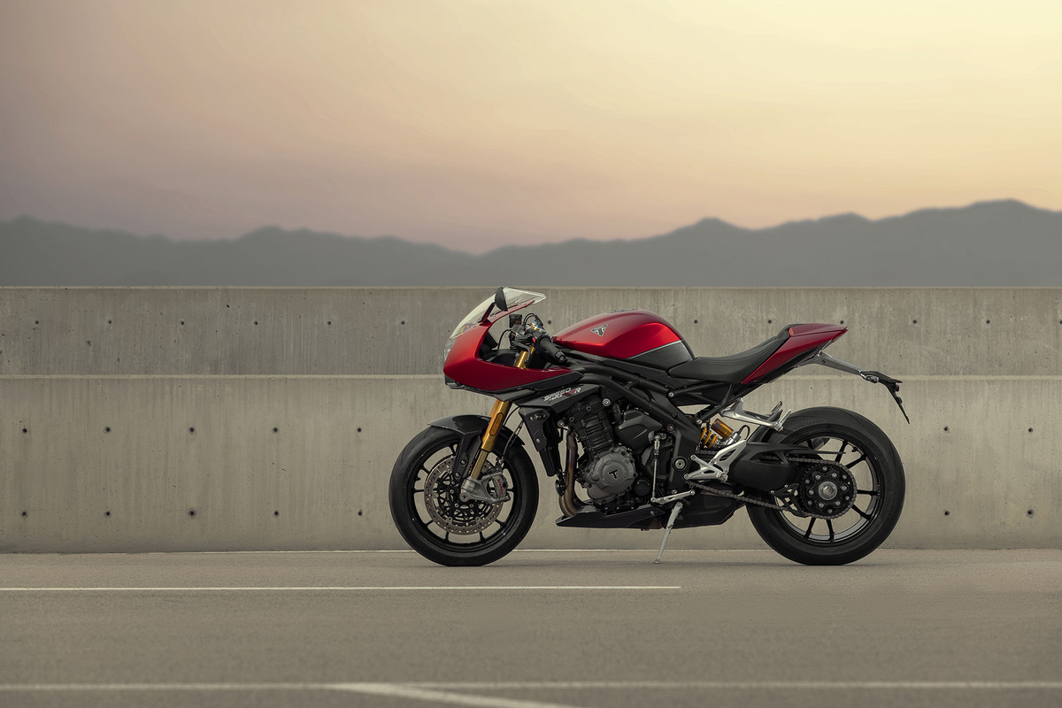 """Confirmada la novedad de @Triumph_Spain en forma de """"deportiva clásica"""" basada en su potente Speed Triple 1200 https://www.moto1pro.com/actualidad/triumph-speed-triple-rr-deportiva-clasica-con-180-cv"""
